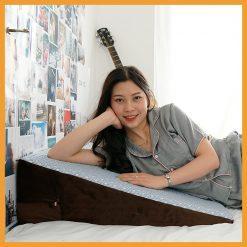 Cô gái nằm trên gối chống trào ngược dạ day Hi-Sleep